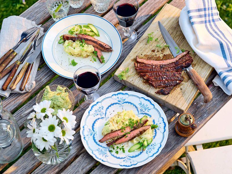 Flankstek med sparris och färsklök, citron- och dragonsmör samt gaffelmosad färskpotatis