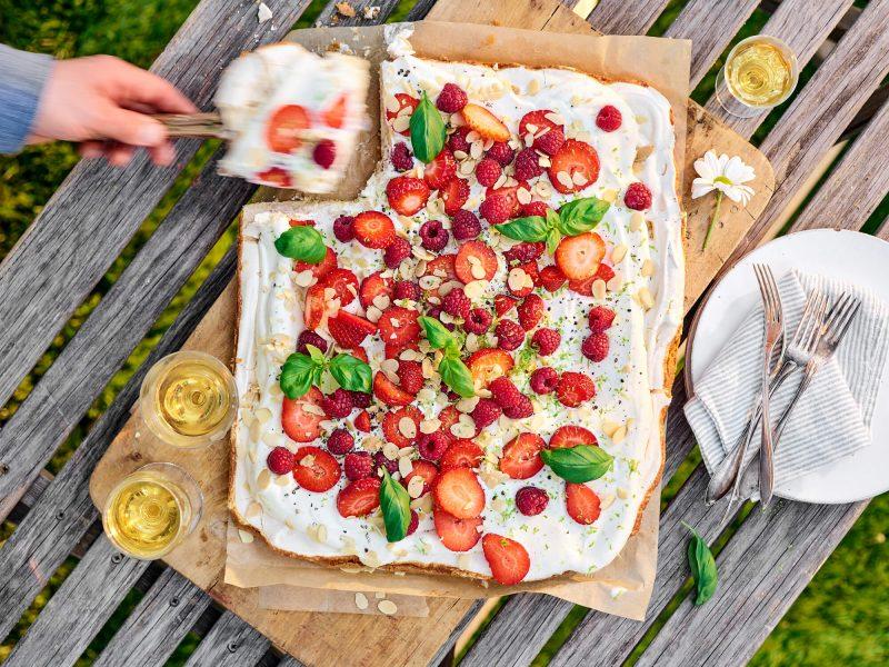 Midsommartårta med jordgubbar, hallon, kardemumma och rostad mandel