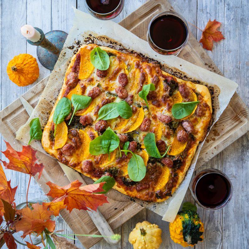 recept på pizza med rostad pumpa, salsiccia, grönkål och mozzarella