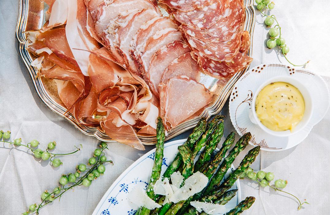 charkbricka med sparris och parmesanaioli