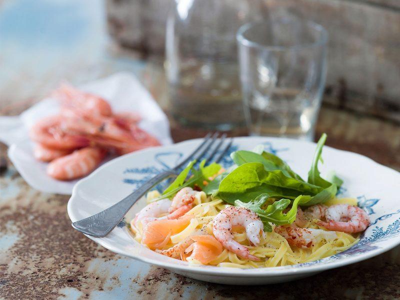 Pasta med vitvinsås skaldjur och kallrökt lax