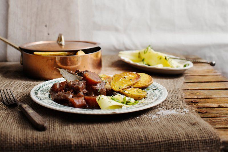Älggryta med palsternackssallad och rostad potatis