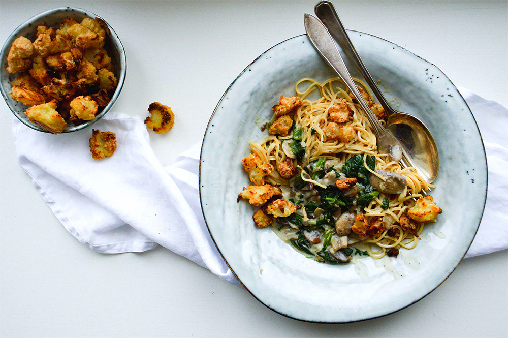 Pasta med champinjonsås och rostad blomkål