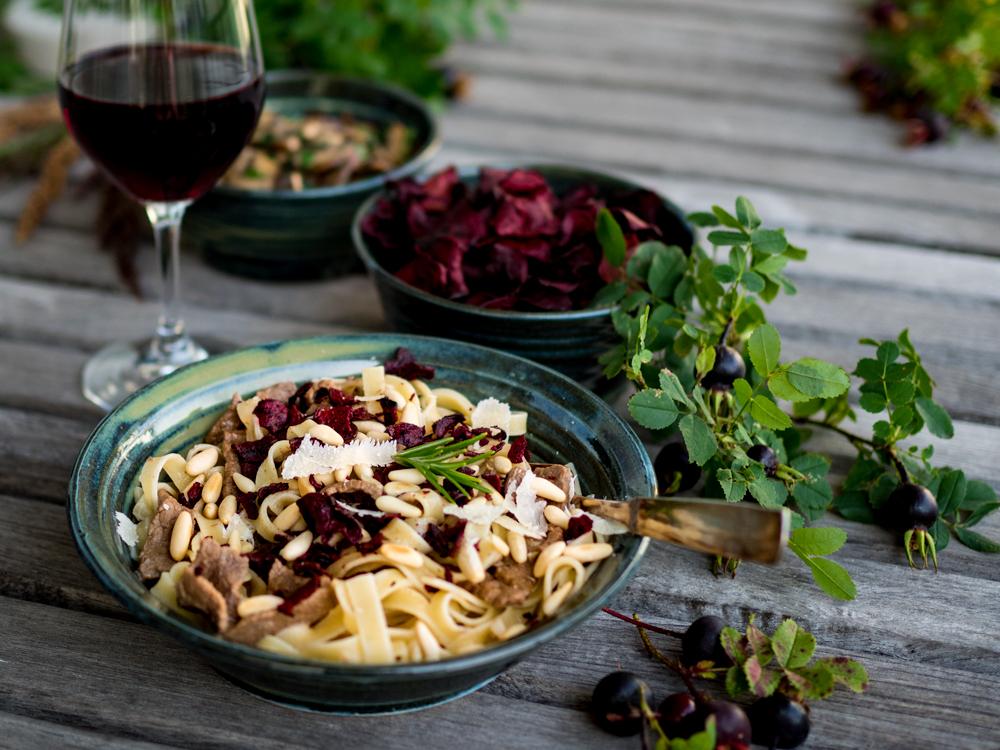 recept krämig lövbiffspasta med svamp, pinjenötter och rödbetschips