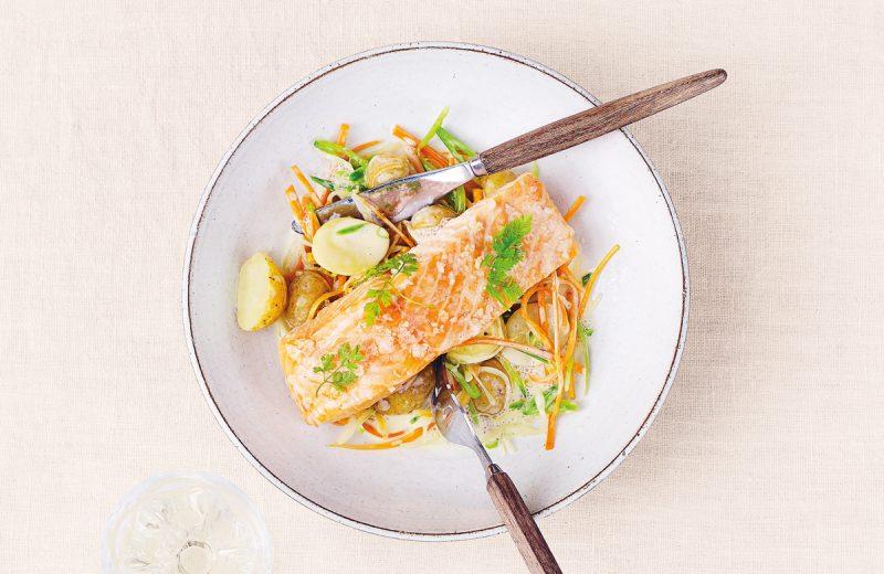 mjukbakad lax med grönsaker i enkel cidersmörsås